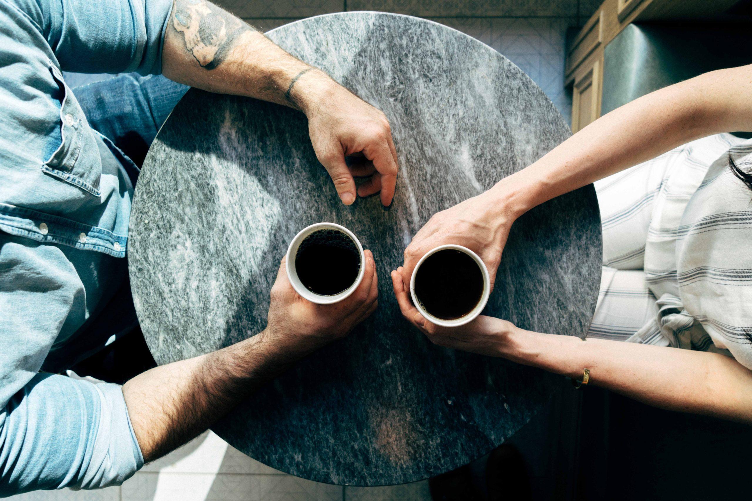 ζευγαρι πινει καφε