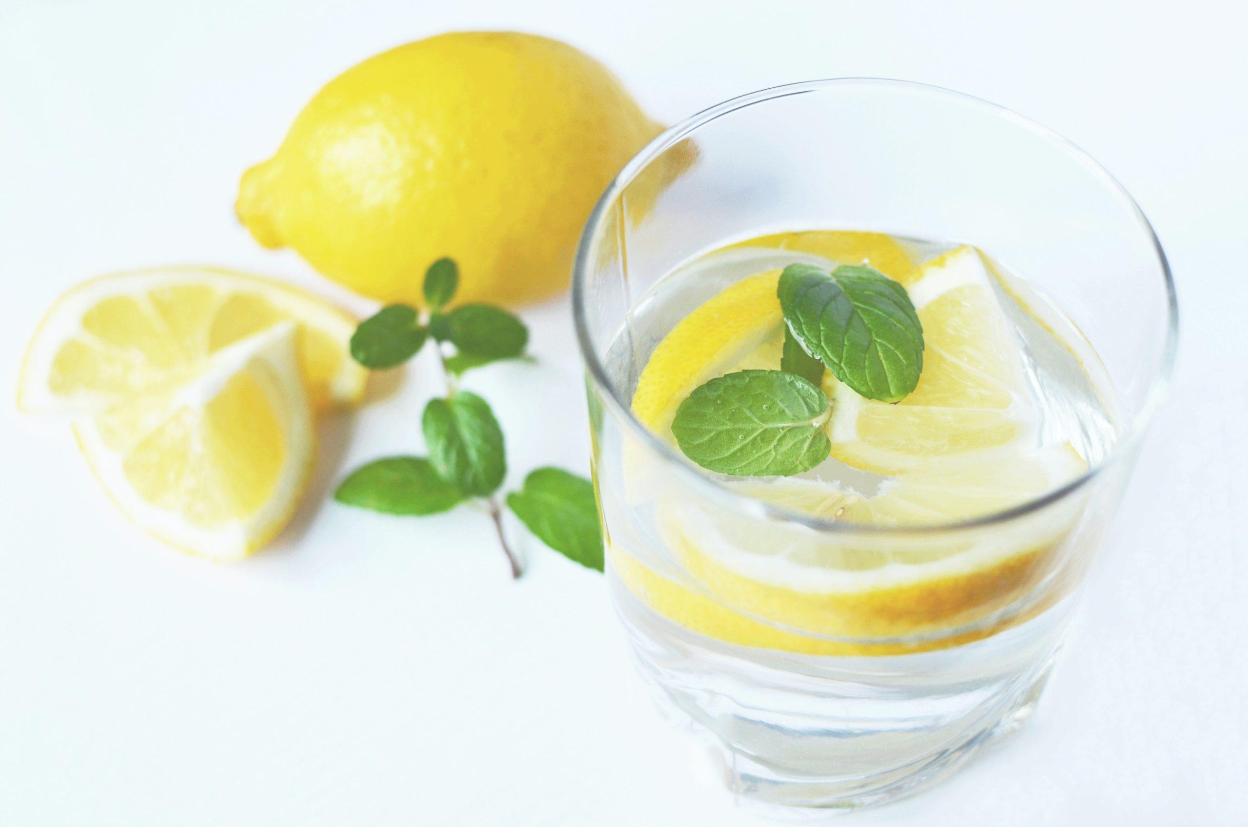 νερο με λεμονι