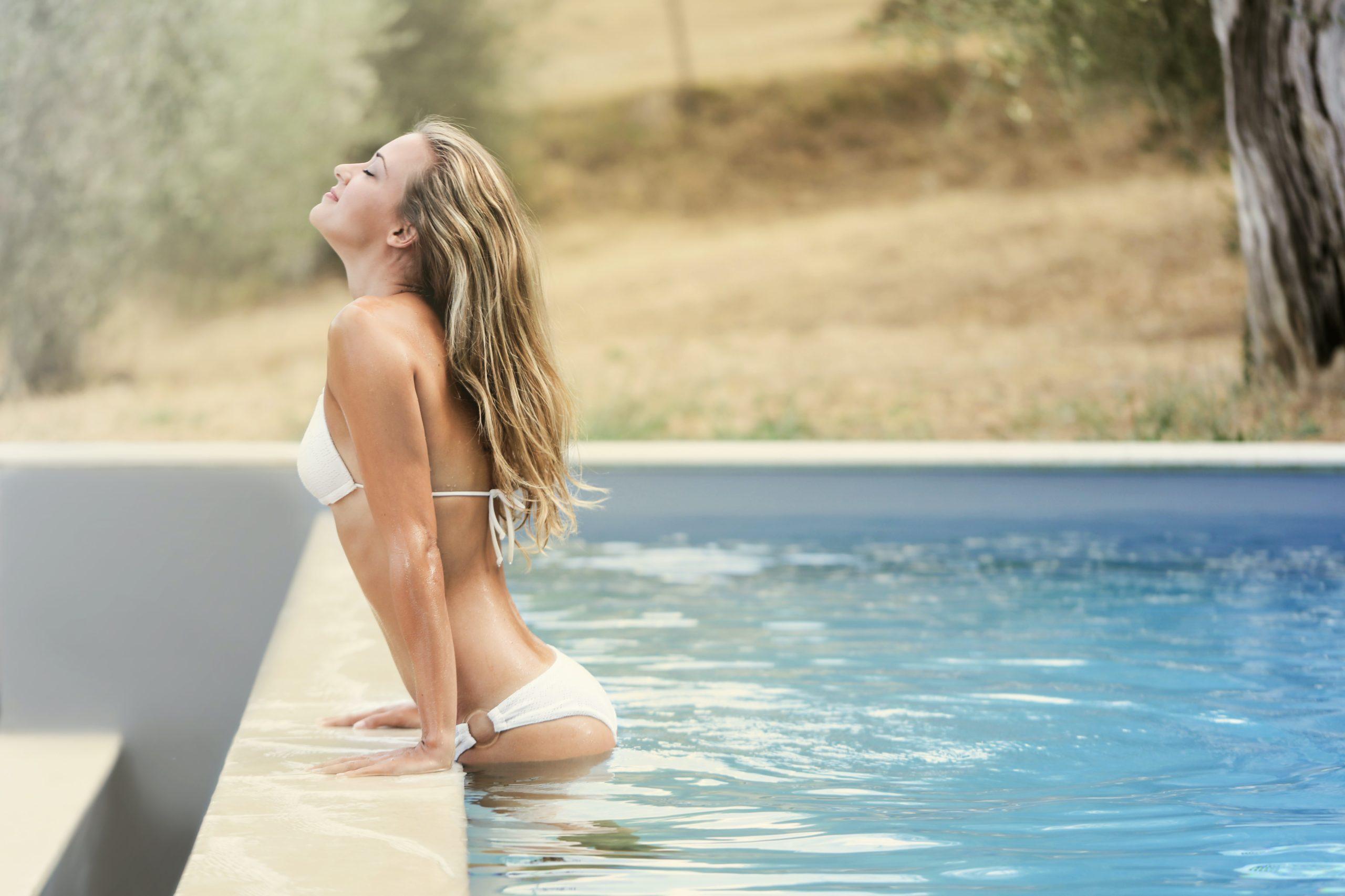 διαιτολογος γλυφαδα μαρουσι θαλης παναγιωτου sensual blonde in bikini chilling in pool scaled